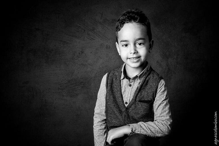 Photographe enfant studio en noir et blanc Boulogne