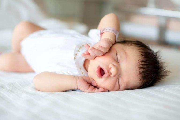 Photographe bébé en maternité Paris